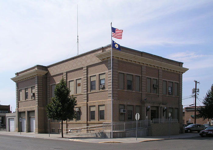 Miles_City_MT_-_city_hall_1